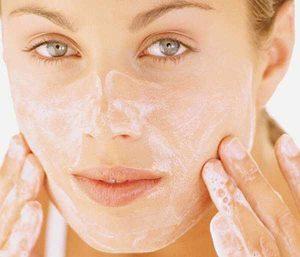 laver le visage pour enlever les points noirs avant d'y mettre les huiles essentielles